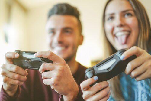 oyun oynayan bir çift