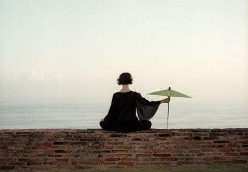 şemsiyeli bir kadın