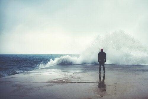 denizin dalgalarına bakan adam