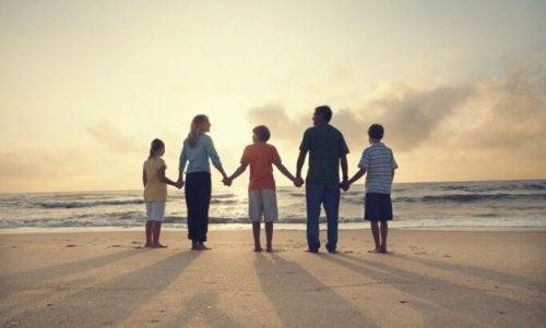 plajda vakit geçiren aile