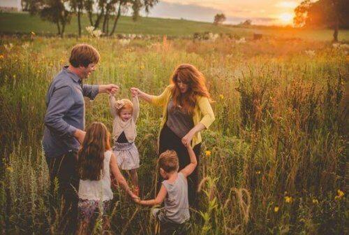 eğlenen aile
