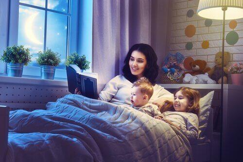 anne çocuklarına hikaye okuyor