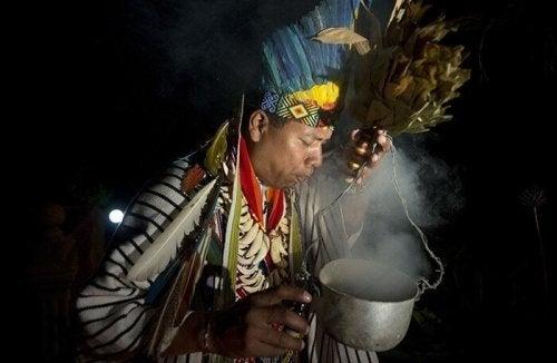 ayin yapan yerli adam