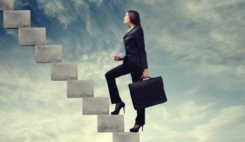 kariyer basamaklarını tırmanan kadın