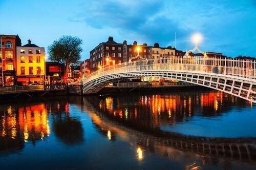 nehir üzerindeki köprü