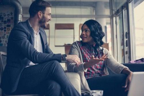 erkek ve kadın konuşuyor