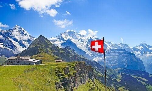 dağlık alanda isviçre bayrağı
