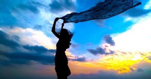 kadın rüzgarda bekliyor