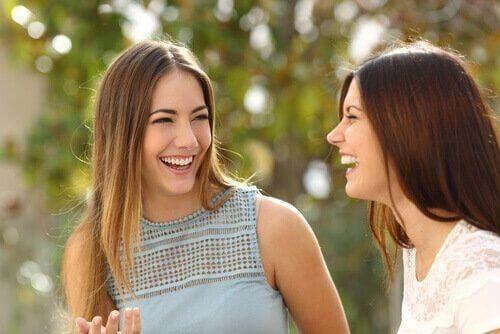 kızlar gülüyor