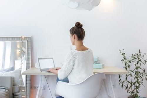 minimalist dekorasyonda çalışan kadın