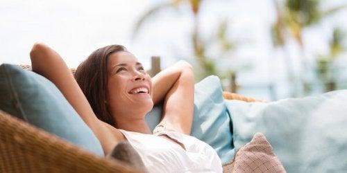 koltukta gülümseyen kadın