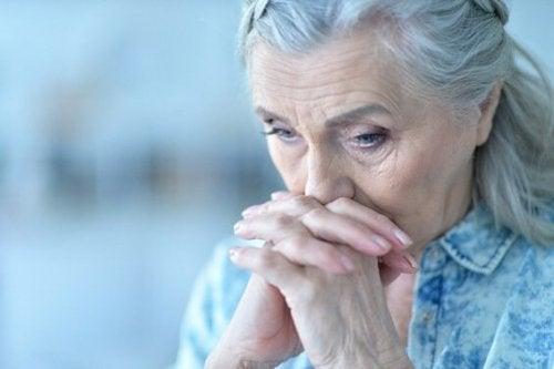 mutsuz yaşlı kadın