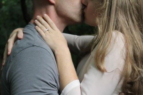 öpüşen bir çift
