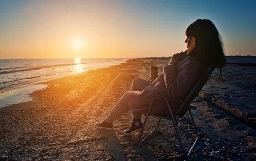 dijital diyet yapan ve plajda oturan kadın