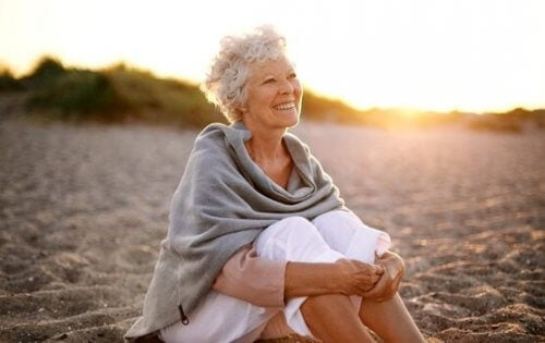 plajda oturan yaşlı kadın