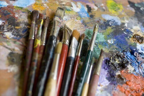 palet üstünde resim fırçaları