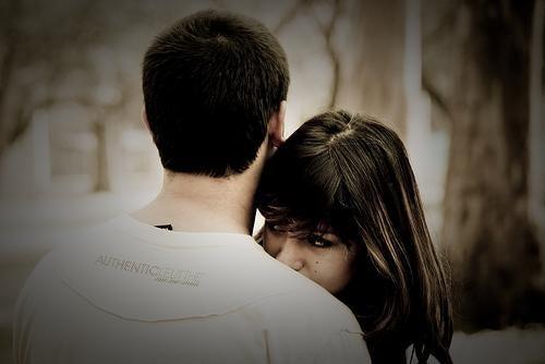 sevgilisine hayranlık ve aşk duyan kadın