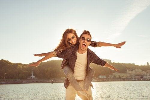 jestler yaparak mutlu olan çift