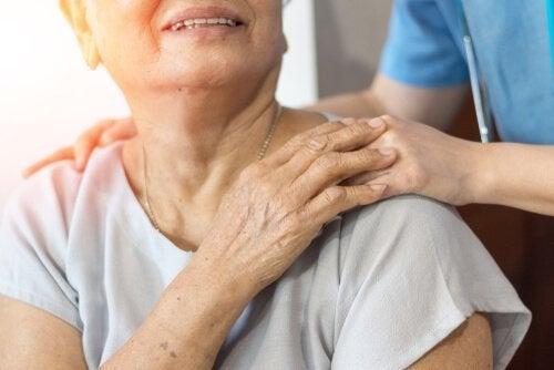 yaşlı kadın ile gönüllü