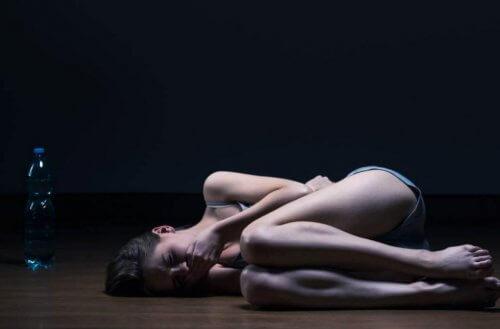 yerde yatan mutsuz kadın
