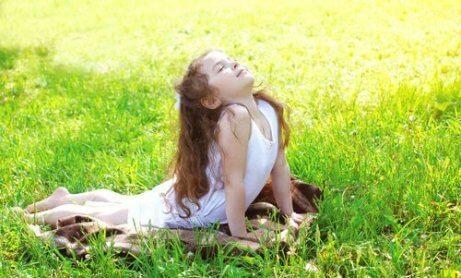 yoga yapan kız çocuğu