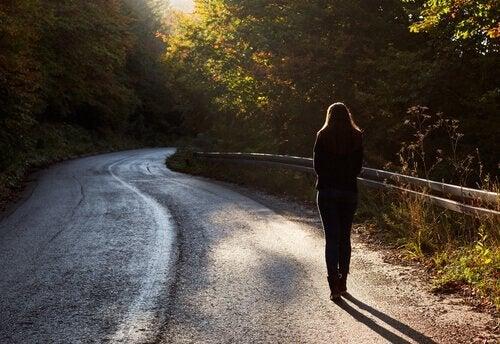 yolda tek başına yürüyen kadın