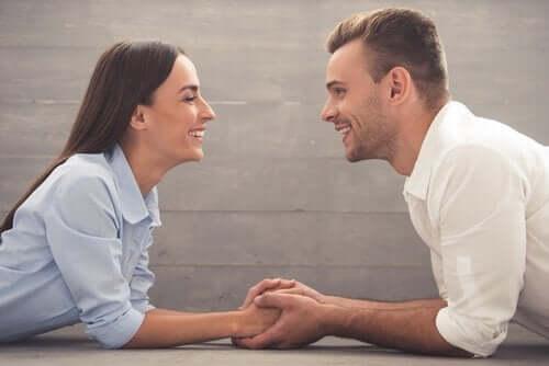 karşılıklı oturan bakışan mutlu çift