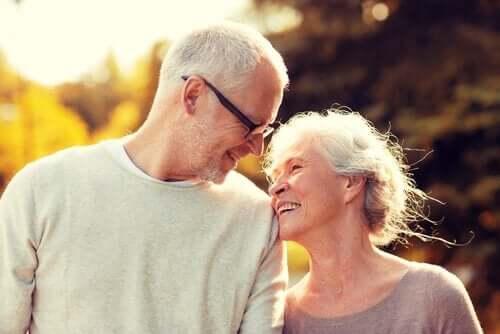 yaşlı sevgi dolu çift
