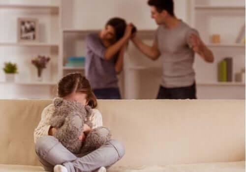 aile içi şiddetten kaçmak için oyuncak ayısına sarılan çocuk
