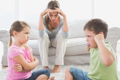 kavga eden çocuklardan yorulmuş anne
