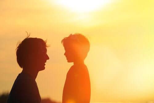 güneşli havada çocuğuyla konuşan ebeveny