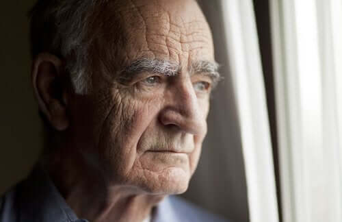 huzur evinde hüzünlü yaşlı adam