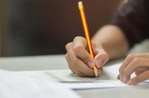 cevap kağıdı dolduran öğrenci