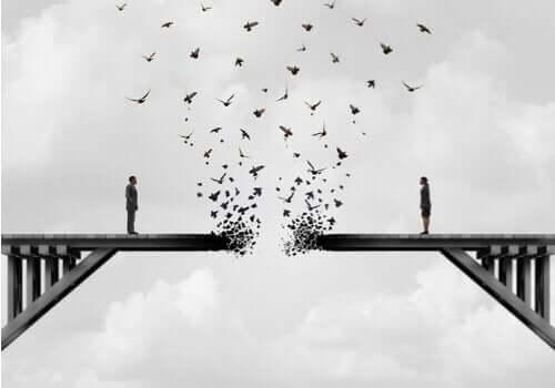 dağılan köprüde duran iki kişi