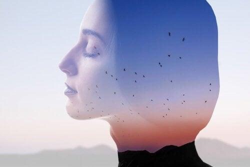 arka planda kuşlar uçuyor, önde gözleri kapalı kadın