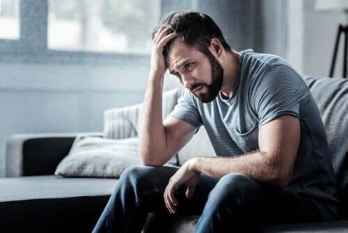 depresyon yaşayan adam eliyle kafasını tutuyor