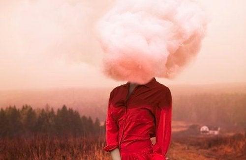 kırmızı elbise içinde kafası duman bulutu olan insan ve bilişsel psikoloji
