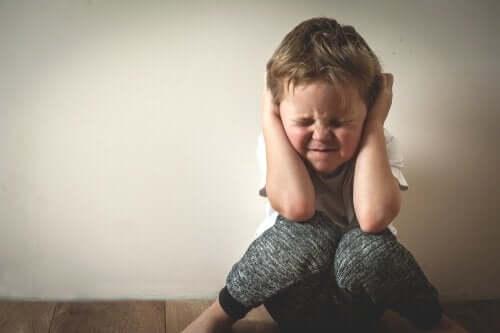 kavga sırasında bağıran ebeveynlerini duymamaya çalışan minik çocuk