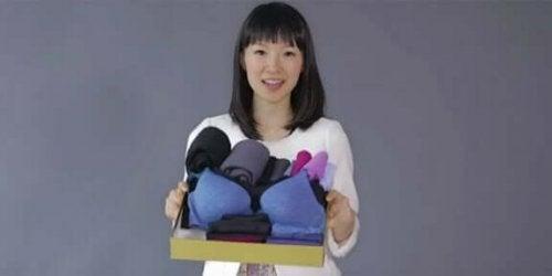 çamaşırlarını düzenlemiş olan Japon kadın