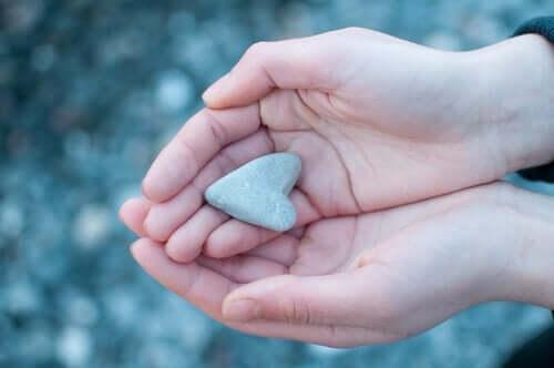 avuçlarda minik kalp şeklinde taş