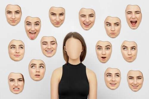 duvarda farklı surat ifadeleri asılı kadın