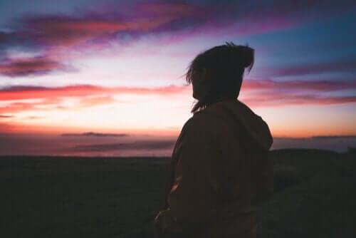 gün batımına bakan kadın