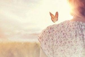 omzunda kelebek olan kadın