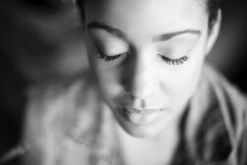 gözleri kapalı huzurlu insan