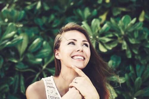 ağaç altında gülümseyen kadın