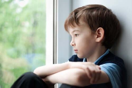camdan bakan mutsuz çocuk