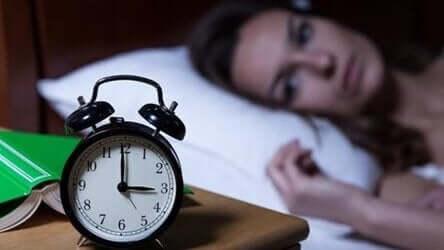 sabah üçte saate bakan kadın