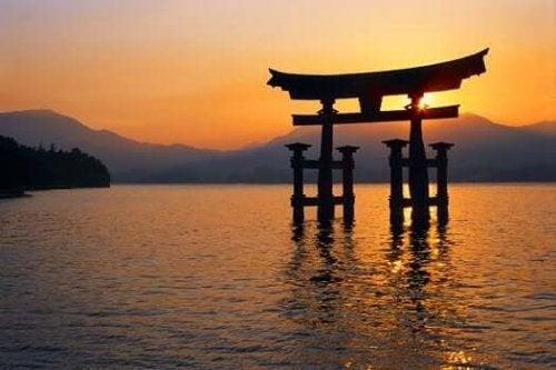 gün batımında suda bir tapınak kapısı