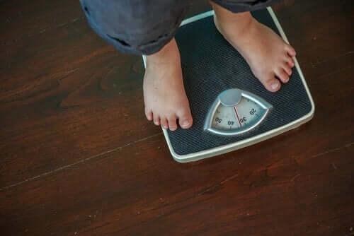 tartı üzerinde iki insan ayağı ve obezite