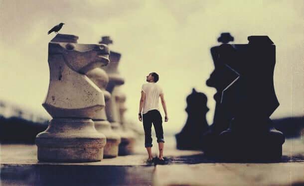 Satranç tahtasındaki adam